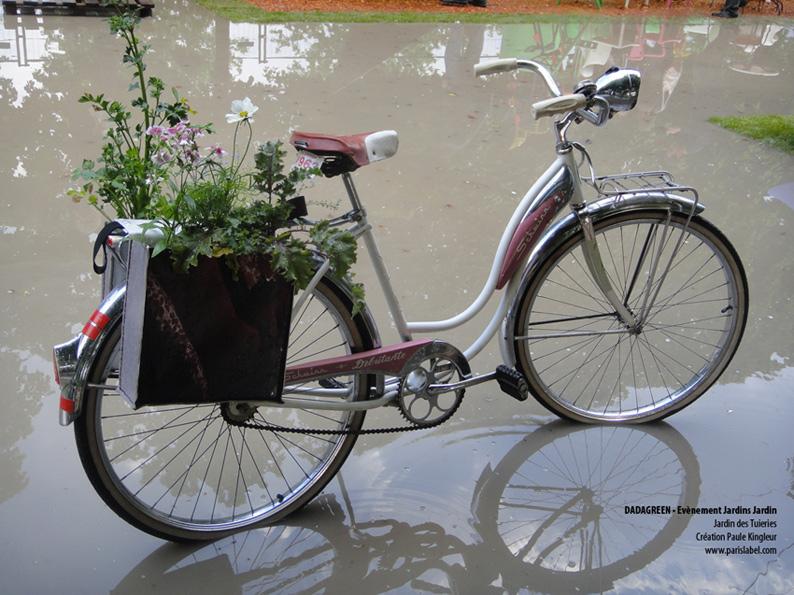 Dadagreen sur vélo lors des pluies diluviennes aux Tuileries - Evènement Jardins Jardin 2013