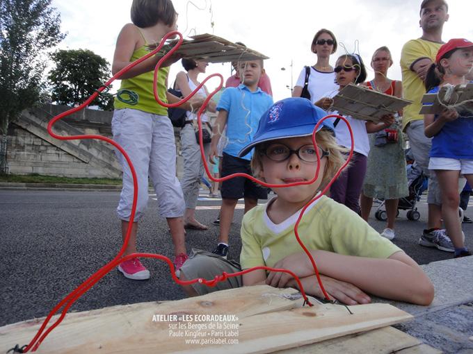 Valentin et son Ecoradeau renard avant la mise à l'eau sur la Seine - atelier Ecoradeaux juillet 2013 sur les Berges de la Seine, avec Paule Kingleur et Paris Label