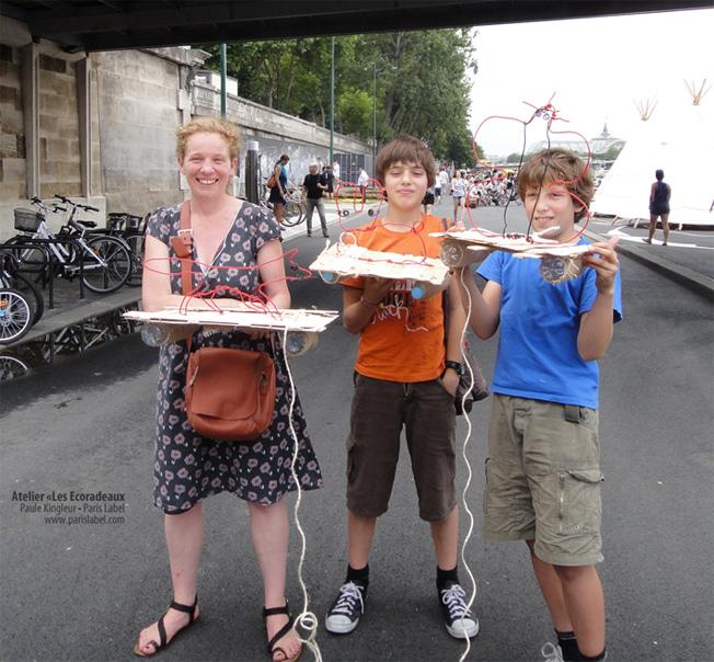 Viva la famille anglo-péruvienne et ses supers Ecoradeaux prêts à voguer sur la Seine - Proposition Paule Kingleur pour Paris Label sur les Berges de la Seine