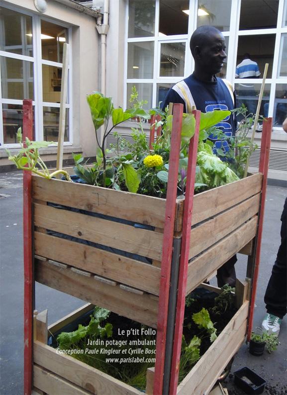 Jardin potager urbain sur roues, permet de se déplacer dans les cours des foyers de travailleurs migrants mais aussi des écoles, des hopitaux parisiens, des parcs, stades, quais et berges de la Seine..; Création Paule Kingleur
