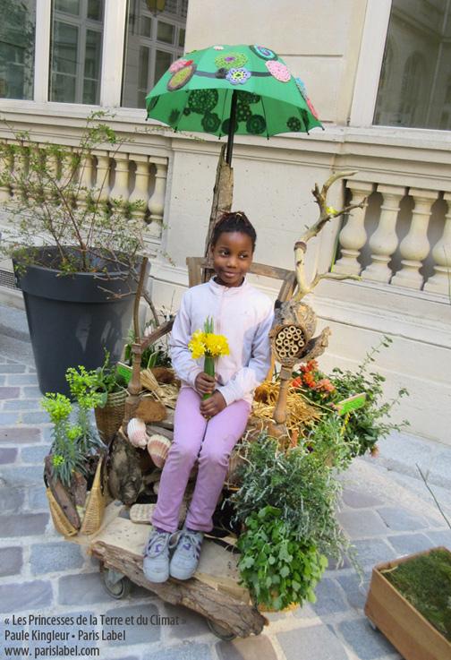 Jolie princesse sur le trône végétalisé créé par Paris Label - Paule Kingleur