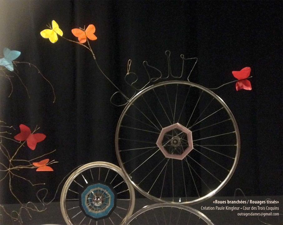Roues de vélo tissées et papillonnées - installation art Paule Kingleur