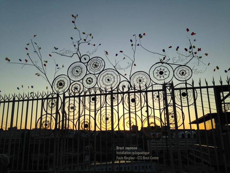 Coucher de soleil sur l'installation de roues tissées et branchées de papillons à Brest, à l'occasion du Tour de France 2018, création Paule Kingleur, réalisation collective avec le CCQ de Brest Centre